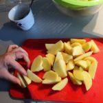 1. Ziemniaki obrać ipokroić włódki