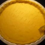 2. Ciasto rozwałkować, przełożyć doformy inakłuć widelcem
