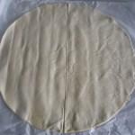 1. Podzielić ciasto francuskie nadwie części izłożyć napół