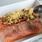 4. Przekrojonego łososia przełożyć doformy iwyłożyć naniego masę pistacjową