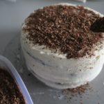 8. Udekorować tort startą czekoladą