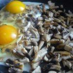 2. Podsmażyć pieczerki, anastępnie dodać jajka iwymieszać
