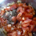 4. Dodać pokrojone pomidory docebulki idoprawić solą ipieprzem