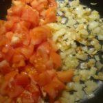 4. Podsmażyć cebulkę iczosnek idodać donich kawałki pomidorów