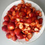 5. Przygotować kawałki truskawek