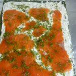 6. Rozsmarować serem iwyłożyć łososia