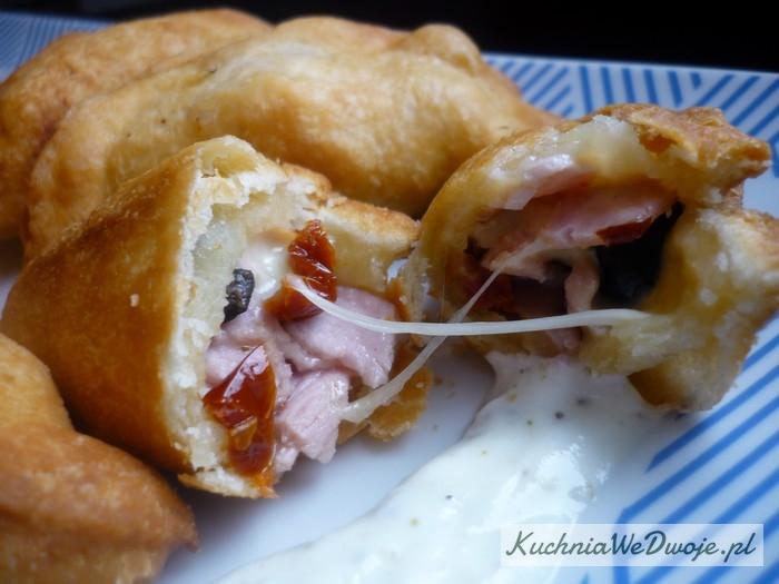 140-pierozki-z-serem-mozzarella-suszonymi-pomidorami-oliwkami-i-szynka-kuchniawedwoje-pl-2