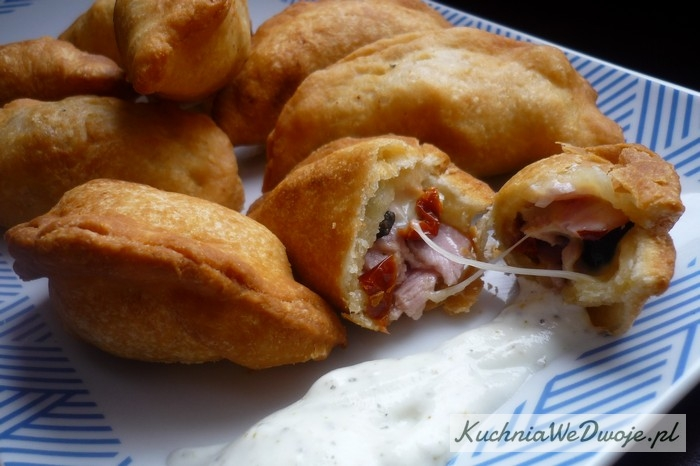 140-pierozki-z-serem-mozzarella-suszonymi-pomidorami-oliwkami-i-szynka-kuchniawedwoje-pl