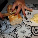 3. Przełożyć masło pomiędzy otworzy wbagietce