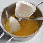 4. Roztrzepać jajko idodać jogurt