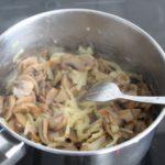 4. Podsmażyć pieczarki zcebulą