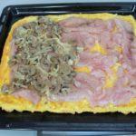 7. Wyłożyć naciasto kawałki fileta ipieczarki