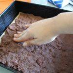 7. Wyłożyć połowę ciasta naspód