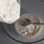 1. Drożdże rozmieszać wmleku izasypać mąką