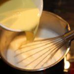 3. Wlać wymieszany budyń dogotującego się mleka