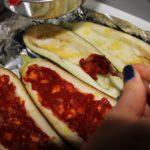 6. Nafaszerować bakłażany nadzieniem pomidorowym
