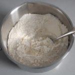 1. Wymieszać mąkę zproszkiem dopieczenia
