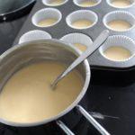 5. Wypełnić formy ciastem