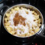 2. Zasypać jabłka cukrem icynamonem