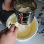 4. Przesiać mąkę iproszek dopieczenia
