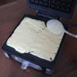 7. Wylać ciasto narogrzaną gofrownicę