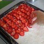 11. Następnie ułożyć truskawki