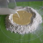 4. Przesiać mąkę iwlać masę orazmleko