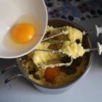 5. Zmiksować ciasto parzone zjajkami