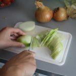 2. Pokroić cebulę