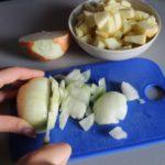 3. Pokroić cebulę orazjabłko