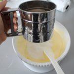 3. Przesiać mąkę iproszek dopieczenia