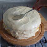 12. Wysmarować tort masą