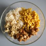 2. Wymieszać mięso zpieczarkami, kukurydzą iselerem