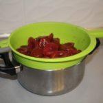 6. Zapomocą durszlaka oddzielić owoce odnalewu