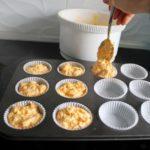 7. Przełożyć ciasto doforemek