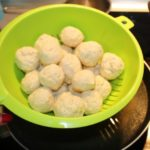 8. Odcedzić pulpeciki ipolać sosem